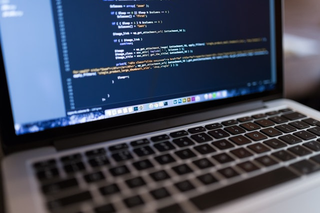 Un portátil mostrando unha contorna de programación.