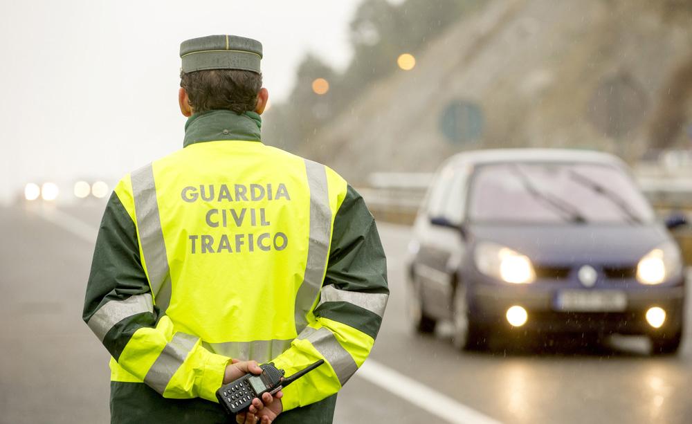 Un garda civil de tráfico de costas nunha estrada.