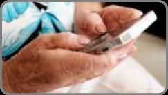 Mans dunha persoa maior sostendo un smartphone.