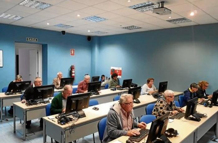 Usuarios da aula de CeMIT de Celanova durante un dos cursos.