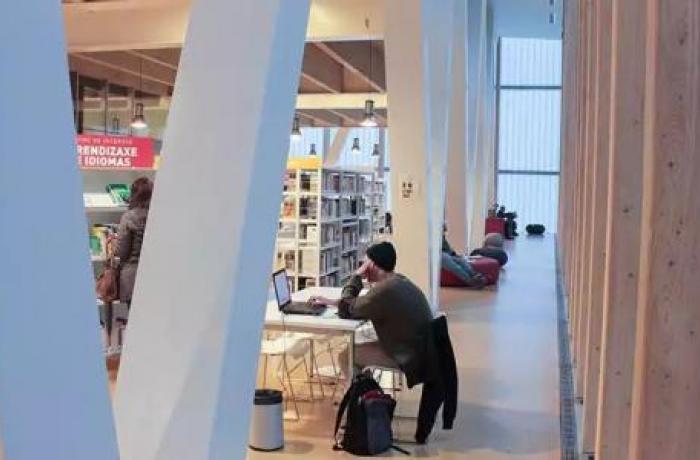 Imagen del interior de una biblioteca.