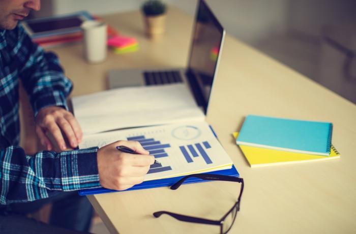 Escritorio con un portátil e papeis.