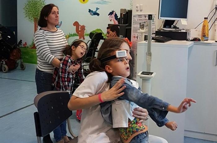 Nenos con parálise cerebral severa atendidos por coidadoras.
