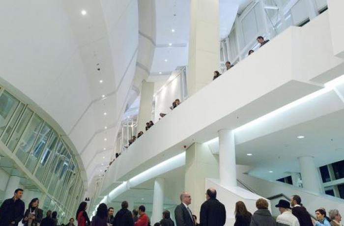 Persoas visitando o Museo da Cidade da Cultura.