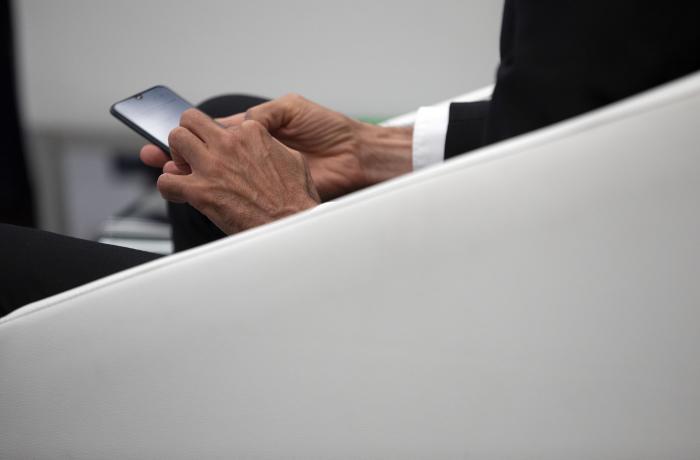 Mans usando un smartphone.