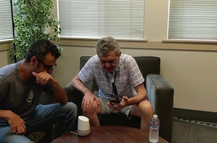 Dúas persoas probando o dispositivo Parrotron.