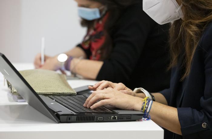 Persona usando un portátil.