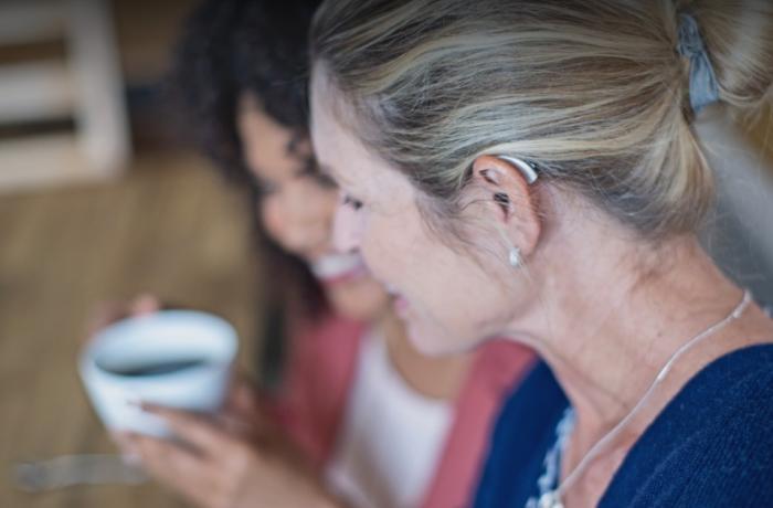 Unha muller utiliza os novos audífonos Starkey Livio AI.