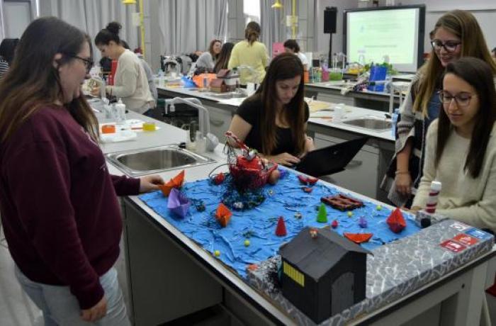 Alumnas formándose en robótica educativa.