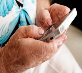 Persona maior usando un smartphone.