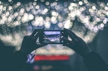 Persona sacando una fotografía con un smartphone.