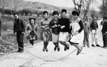 Fotografía antiga en branco e negro de varias mulleres saltando á corda.