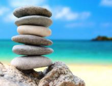 Piedras apiladas en una playa.