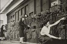 1946 – Mulleres enxeñeiras traballando na instalación do ENIAC , primeira computadora.