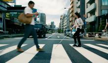 Persona con discapacidad visual cruzando por un paso de cebra.