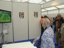 Unha anciá xoga á videoconsola Wii.