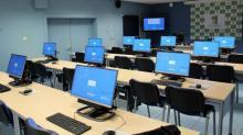 Mesas con ordenadores de un aula CeMIT.