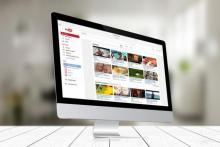 Monitor mostrando la página de Youtube.