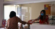 Acto de entrega de una tablet en la Cruz Roja.