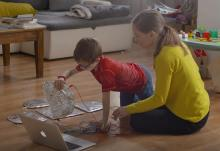 Unha nai e o seu fillo realizan unha actividade educativa tecnolóxica.