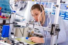 Rapaza usando unha impresora 3D.