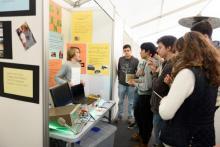 Moza explicando o seu proxecto nun expositor en Galiciencia.
