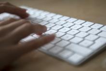 Mans sobre un teclado.