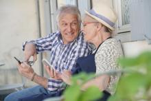 Personas maiores usando os seus smartphones.