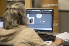 Muller de costas usando un ordenador.