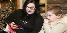 Neno xordo coa súa nai usando a app nun smartphone.