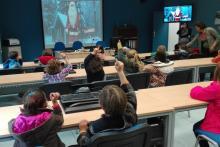 Nenos nunha aula CeMIT nunha videoconferencia con Papá Noel.