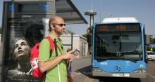 Un usuario de aplicacións de mobilidade, a piques de subirse ao autobús 133 de Madrid, nas inmediacións de Moncloa. A ONCE.