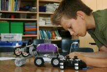 Neno montando un kit de robótica.
