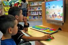 Nenos ante unha pantalla de ordenador.
