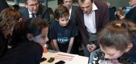 Alberto Núñez Feijóo e Pedro Duque xunto a rapaces no STEMlab Galicia.