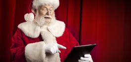 Papá Noel usando unha tablet.