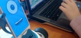 Nena programando un robot Robobo nun portátil.