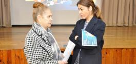 Sol Vázquez Abeal xunto a unha membro da Asociación Provincial de Amas de Casa, Consumidores e Usuarios da Coruña.