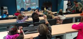 Nenos falando con Papá Noel por videoconferencia