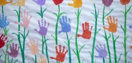Lenzo con estampación de mans de nenos a modo de flores.