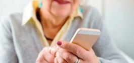 Muller maior usando un smartphone.