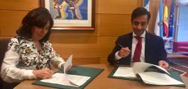 Mar Pereira e José Manuel Rey Varela firmando o convenio.