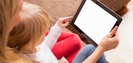 Unha nai e a súa filla pequena usan unha tablet.