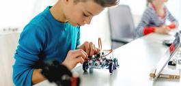 Neno montando un robot.