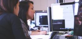 Dúas mulleres traballando diante dunha pantalla.