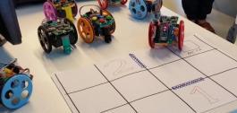 Robots programables enriba dunha mesa.